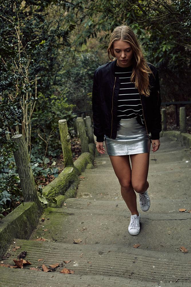 © Antonio Funaro - Sweater, Bomber et jupe argent ZARA, Sneakers STAN SMITH ADIDAS