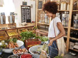femme choisissant des légumes dans une épicerie bio à Montpellier